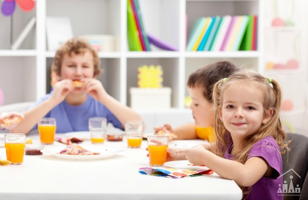 Kids around the table eating on a playdate